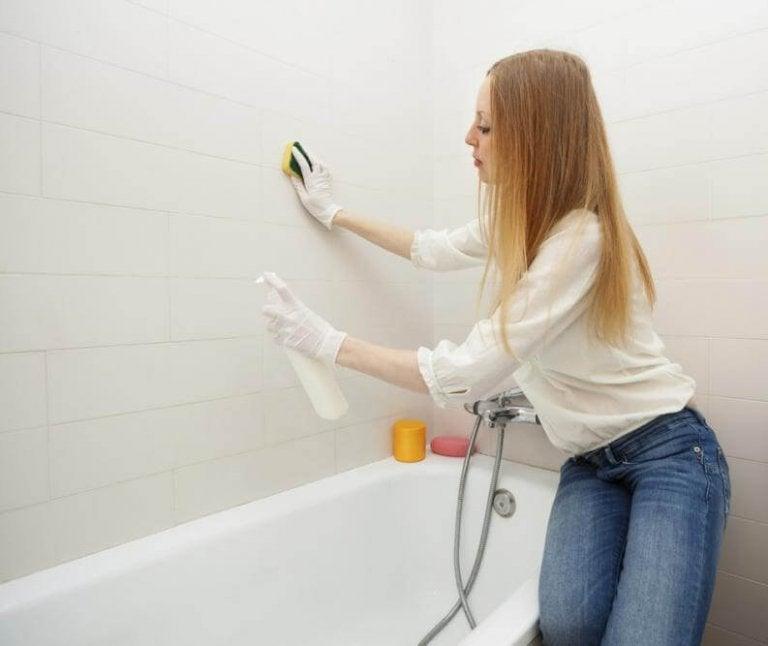 Kvinde der gør badevaerelse rent - rengoere badevaerelset