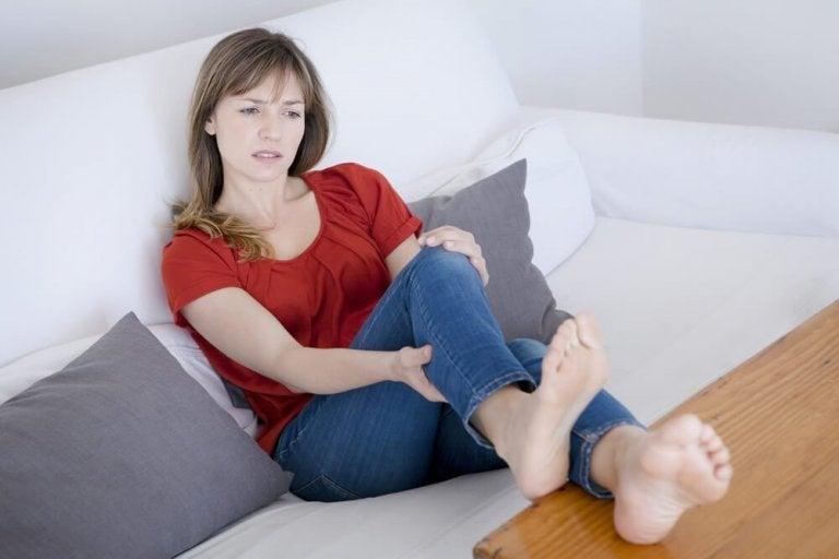 Kvinde med bensmerter