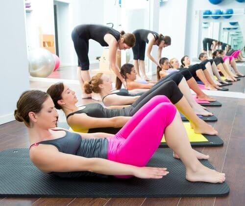 Kvinder der dyrker yoga og pilates