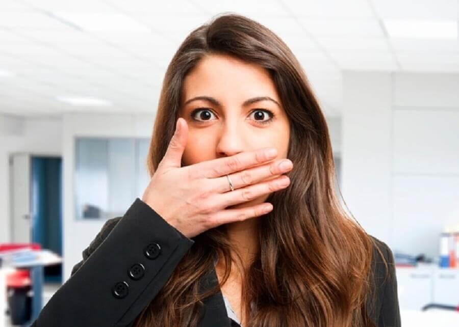 Kvinde med daarlig aande - du har tarmproblemer