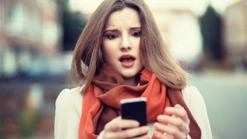 Kvinde der staar med en mobil og aaben mund - sove godt