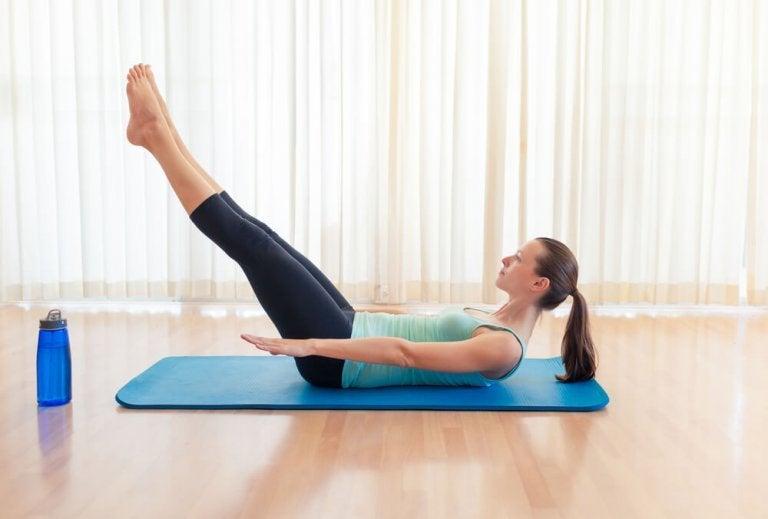 Kvinde der laver yogaoevelse