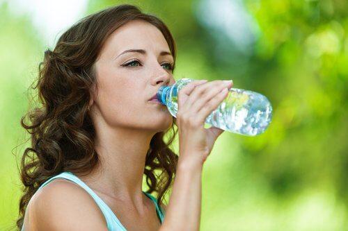 Kvinde vaalger at genbruge vandflasker