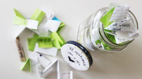Glaskrukke med lykke indeholder smaa papirslapper