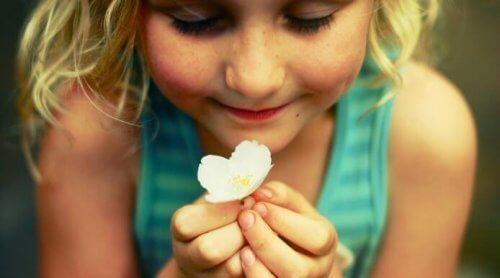 Lille pige med blomst