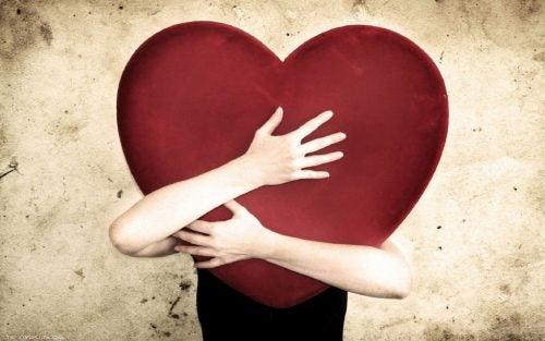 Person der krammer et hjerte