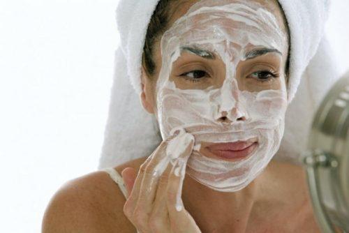 Kvinde med ansigtsmaske