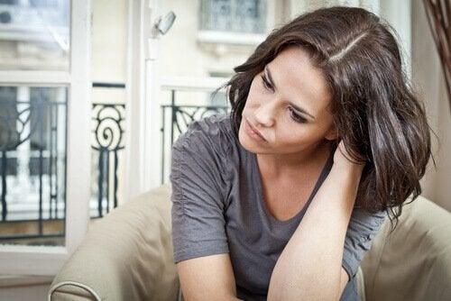 Kvinde der er bekymret