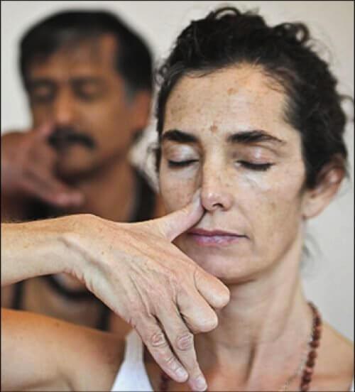 Kvinde og mand der blokerer hoejre naesebor - aandedraetsteknikker