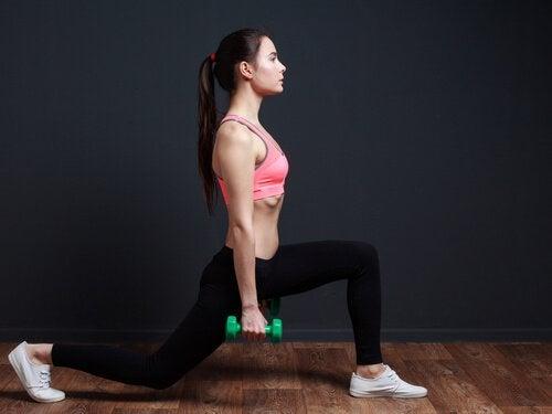 Kvinde der laver lunges - ton dine baller