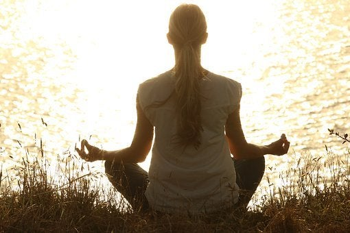 Kvinde der mediterer - ro i hverdagen