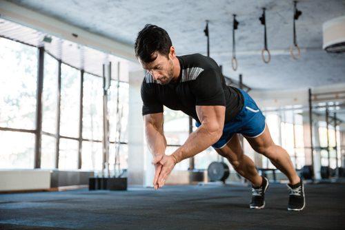 Mand i fitnesscenteret