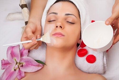 Kvinde der faar lagt en ansigtsmaske - saadan kan du bruge aeggehvider
