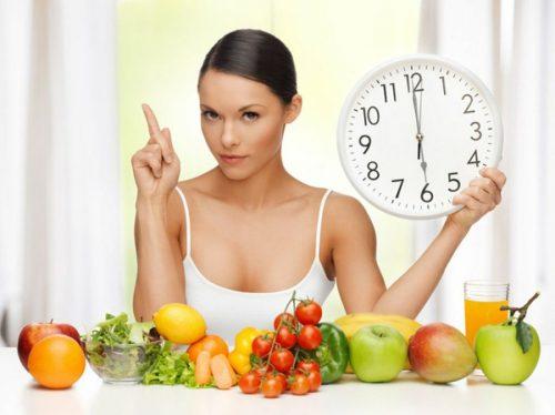 Kvinde med frugt og groent og et ur