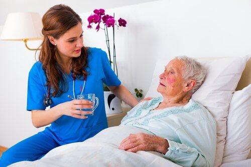 Aeldre kvinde og en hjemmehjaelper - lider du af hoejt blodtryk