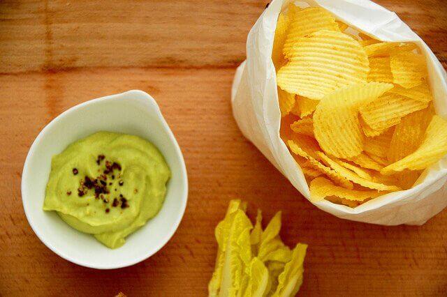 Hjemmelavet guacamole og chips