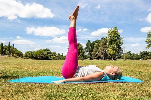 Kvinde der ligger med benene i vejret