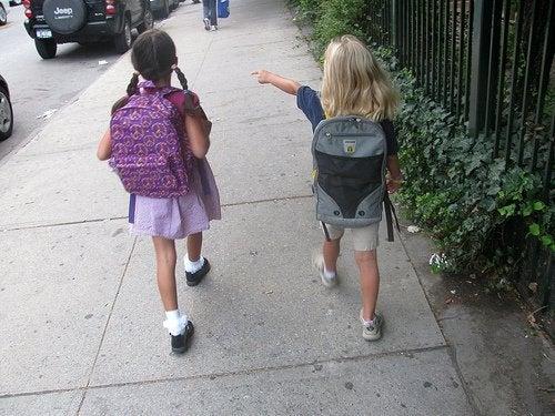Piger på vej til skole