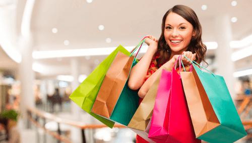 Kvinde der shopper
