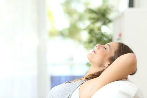Kvinde der ligger og smiler med aabne oejne