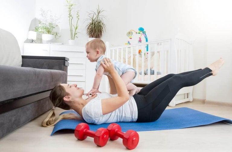 Mor der leger med hendes baby - mor som 35-aarig