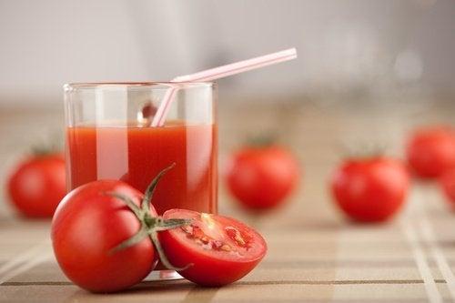 Sundhedsbombe: Tør du prøve denne tomat – hvidløgs- og gurkemejesmoothie?