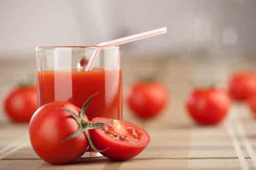 Sundhedsbombe: Tør du prøve denne tomat - hvidløgs- og gurkemeje smoothie?