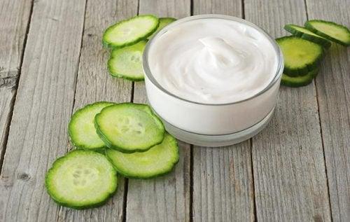 Naturlig yoghurt og agurk
