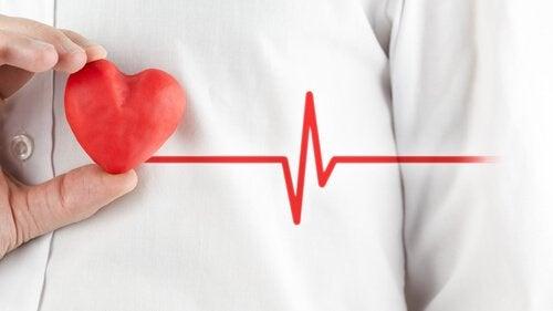 Person der staar med et hjerte