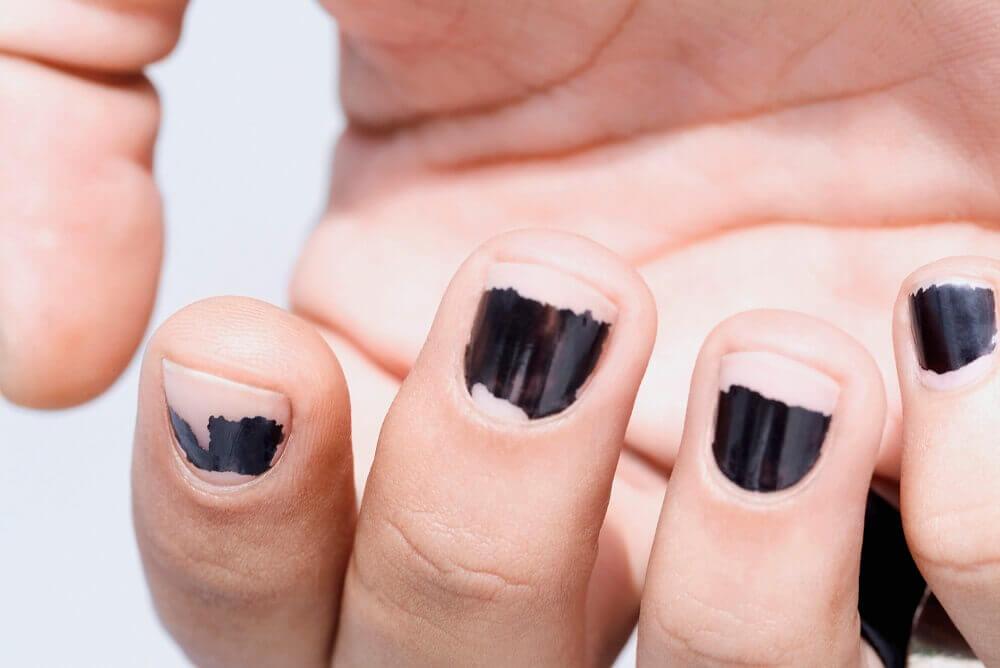 Person med sort neglelak