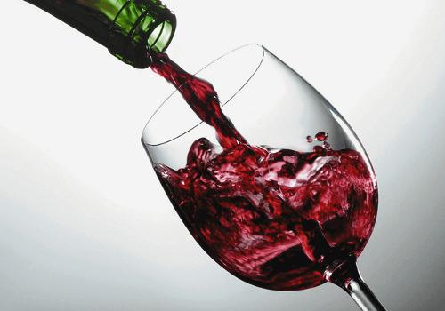 Et glas roedvin der bliver haeldt op
