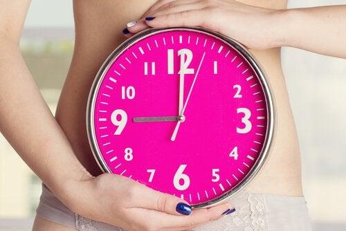 Kvinde der staar med et ur