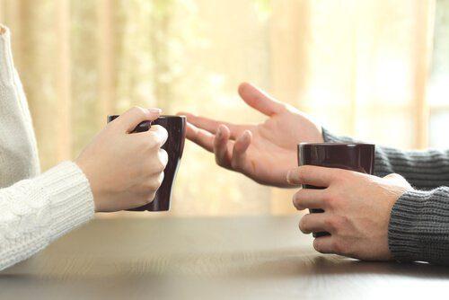 To personer der har en samtale