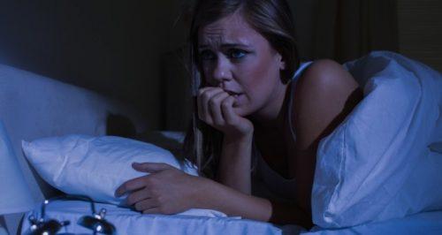 Kvinde der ligger vaegen om natten