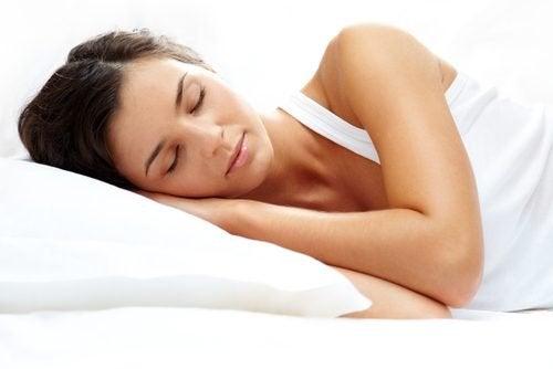 Kvinde der sover - vil oege din muskelmasse
