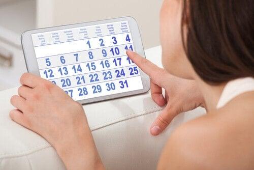 Kvinde der kigger paa en kalender