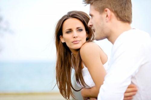 Mand og dame der snakker - oege din selvtillid