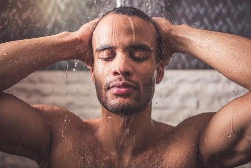 Mand der er i brusebad