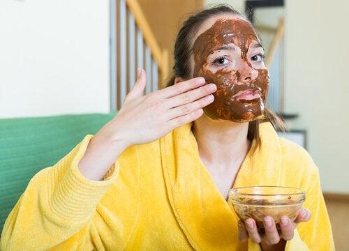 Kvinde der laegger maske - fordelene ved kanel