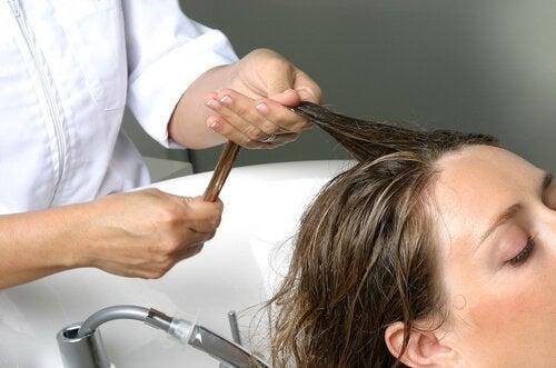 Kvinde der faar vasket haar - at undgaa haartab