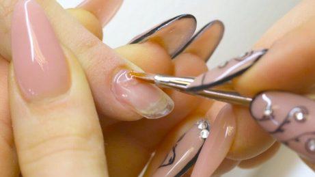 Kvinde der faar lagt negle - dine negle er skroebelige