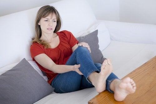 Kvinde med benkramper