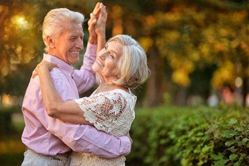 Aeldre par der danser udenfor - i form efter 50