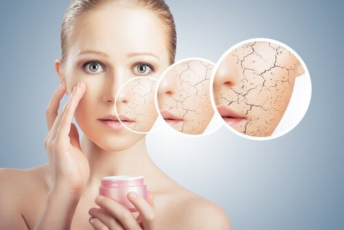 Kvinde der behandler sin hud