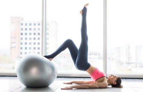 Kvinde der dyrker Pilates