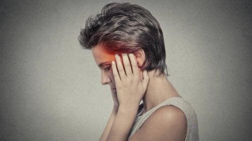 Kvinde med ondt i hovedet - Hovedpine om natten: Hvorfor sker det?
