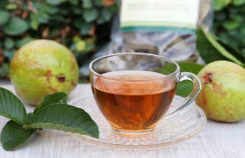 Te og to guava frugter