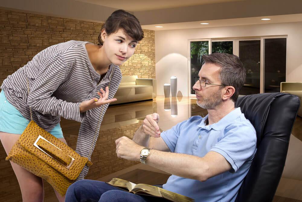 Mand der sider ned og forklarer noget til hans datter - barn tager stoffer
