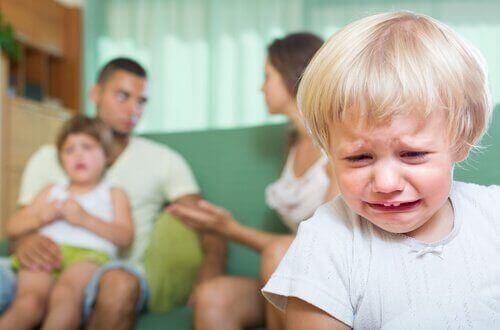 Konsekvenserne af at skændes foran dit barn