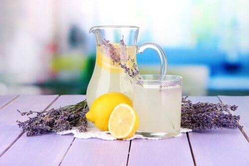 Lavendel og citron vand